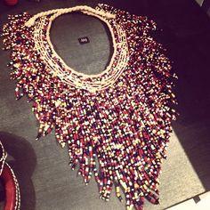 Collier plastron en petites perles colorées.