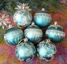 Готово второе 'ведро' шаров - 20 штук, на этот раз шары были трех видов: синие матовые, синие блестящие и серебряные. Получилось 4 группы, внутри которых рисунки объединенны общей темой : 'снегурочка', 'морозное кружево', 'домики', 'новогодний лес'. Мне была дана полная свобода в том что рисовать, и я развлекалась по полной!
