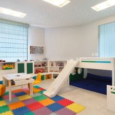 Especialmente preparado para a criança soltar a imaginação e se divertir, o quarto de brincar pode ganhar ares de fantasia com objetos bacanas e funcionais. Caixas avulsas, baús, estantes e mesas para pintar não s&oac