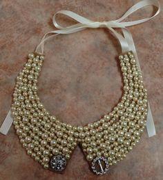 """Collar grande """"cuello"""" de perlas beige y botones"""