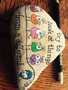 80 Creative DIY Home Decor Ideas with Pebbles and River Rocks That Will Find a Good Use for Your Stone Collection - Usefull Information Pebble Painting, Pebble Art, Stone Painting, Stone Crafts, Rock Crafts, Arts And Crafts, Art Rupestre, Art Pierre, Rock And Pebbles
