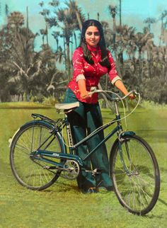 Throw back photo of Netu Singh Indian Bollywood Actress, Indian Actresses, Retro Fashion 70s, Neetu Singh, 90s Inspired Outfits, Bollywood Pictures, Bollywood Outfits, Vintage Bollywood, Most Beautiful Indian Actress