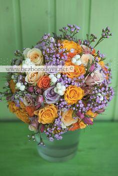 Свадебный букет из оранжевых и сиреневых роз с ягодами