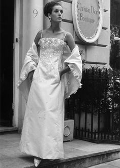 Patricia Donald Smith models, 'Chenonceaux' by Christian Dior, a white silk ziberline embroidered long evening dress and jacket. Get premium, high resolution news photos at Getty Images Vintage Dior, Christian Dior Vintage, Vintage Mode, Vintage Glamour, Vintage Style, Vestidos Vintage, Vintage Dresses, Fifties Fashion, Vintage Fashion