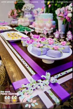 Photo from an event planner:  Papilot.  what a great idea if you aren't a fan of tablecloths.  Use ribbon themed to the occasion.