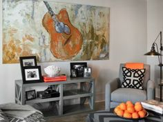 This space really captures the fun and excitement of the Nashville music scene. A locally-sourced guitar painting adds a quirky touch to the overall design-->  http://hg.tv/vb1l