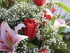 Ruusuista, neilikoista tai tulppaaneista syntyy kotifloristin käsissä asetelmia moneen tyyliin ja makuun.
