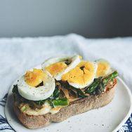 Faciles à faire et dégustées en un rien de temps, les tartines salées sont une alternative légère et gourmande aux salades de l'été.