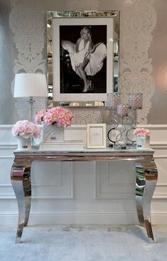 Konsola glamour nowojorska toaletka stal szklana czarna biała srebrna GLAMOUR 3 Glam Living Room, Living Room Decor, Bedroom Decor, Glamour Decor, Hallway Designs, Warm Home Decor, Small Entryways, Hallways, Entryway Decor