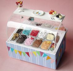 Miniature Ice Cream Display by PetitPlat - Stephanie Kilgast Miniature Crafts, Miniature Food, Miniature Dolls, Polymer Clay Miniatures, Polymer Clay Charms, Dollhouse Miniatures, Mini Choses, Mini Craft, Doll Food