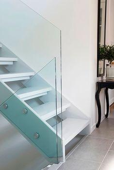 Guide til fornyelse og oppussing av trapp - viivilla. Oversized Mirror, Stairs, Railings, Glass, Interior, Furniture, Home Decor, Creative, Indoor