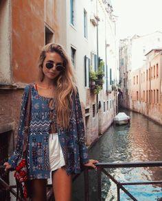 Vetement hippie belle femme bien habillée tenue Venise belle photo