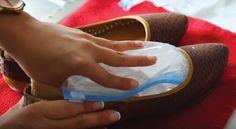 Koupili jste si nové boty, které vás tlačí? Dneska vám ukážeme trik, díky kterému vás tlačit přestanou. Je to velice snadné a vše co budete potřebovat je obyčejný sáček, voda a trochu času. Boty vás díky tomuhle triku konečně přestanou tlačit a vy ušetříte peníze i čas. 1) Vezme si igelitový vzduchotěsný sáček a naplníme