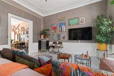 Kom med indenfor i Sofie Lindes og Joakim Ingversens farverige familiehjem Style At Home, Apartment Living, Living Room, House Front, Unique Home Decor, House Colors, Interior Inspiration, Recital, Gallery Wall