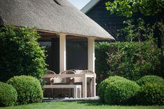 Teak tuintafel gecombineerd met rieten stoelen en een bank I ROYAL DESIGN Nunspeet