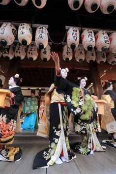 お祓いが行われて  先日の先斗町の舞踊奉納に引き続き、 宮川町の舞妓さんによる舞踊奉納が行われます。  宮川町からは田ね文さん、君ひろさん、...