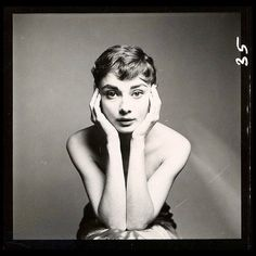 """Audrey Hepburn photographed by Richard Avedon, New York, December """"The first thing I saw when I came to America was the Statue of Liberty. The second—Richard Avedon."""" Audrey H Audrey Hepburn Outfit, Audrey Hepburn Mode, Audrey Hepburn Photos, Audrey Hepburn Hairstyles, Audrey Hepburn Drawing, Vintage Hollywood, Classic Hollywood, Richard Avedon Photography, Richard Avedon Portraits"""