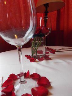 Una cama decorada con petalos de rosas una noche romantica - Como preparar una noche romantica ...
