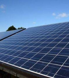 La centrale solaire fonctionne jour et nuit grâce à ses 2.650 panneaux solaires grands chacun de 120 mètres carrés