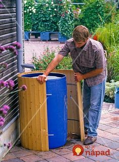 Dress the rain barrel: Dress the rain barrel: Die Post-Regenfass . Vertical Garden Design, Herb Garden Design, Diy Garden Decor, Water Barrel, Rain Barrel, Pergola Patio, Backyard Landscaping, Bois Diy, Diy Playground