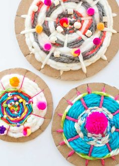 DIY Ideas With Cardboard - Easy Cardboard Circle Weaving - How To Make Room Decor Crafts for Kids - Easy and Crafty Storage Ideas For Room - Toilet Paper Roll Projects Tutorials - Fun Furniture Ideas with Cardboard - Cheap, Quick and Easy Wall Decorations Art Lessons For Kids, Art Lessons Elementary, Projects For Kids, Diy For Kids, Kids Fun, Diy Projects, Cardboard Crafts, Yarn Crafts, Crafts For Kids