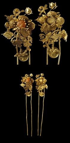 China | Pair of hairpins in fine gold filigree. Each head comprises a large flower with leaves, stem and further buds and a large fine butterfly. The centre of one flower is set with a now-calcified pearl. | Qing Dynasty, 18th century | Sold