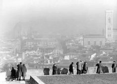 In attesa dell'eclisse di sole al Forte di Belvedere (Firenze, 1961)