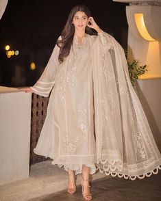 mawra-hocane 24 Ways to Wear All White Outfits Like Pakistani Celebrities Pakistani Fashion Casual, Pakistani Dresses Casual, Pakistani Dress Design, Indian Fashion, Pakistani Bridal, Pakistani White Dress, Pakistani Party Wear, White Saree, Pakistani Couture