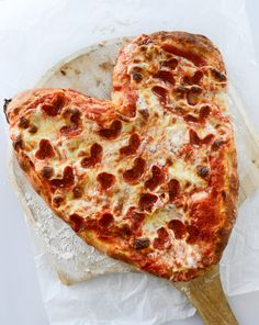 Fun for Valentine's Day - how to make a heart shaped pepperoni pizza. Valentines Day Pizza, Heart Shaped Pizza, Romantic Dinner Recipes, Romantic Food, Love Pizza, Pizza Pizza, Makati, Deep Dish, Pizza Recipes
