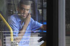 Via Trolebus » Aumenta o número de motoristas de ônibus multados por falar ao celular enquanto dirigem  É comum ver motoristas de ônibus dirigindo e falando no celular ao mesmo tempo. Tanto que cresceu o número dos operadores que foram multados pela prática em 2011. De acordo com levantamento feito pela SPTrans, tais infrações cresceram 29,25% em relação a 2011. Esse é o tipo de multa relativa ao Código de Trânsito Brasileiro mais aplicado no transporte público municipal.  No ano passado,