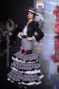 Beautiful details on the frills and such a stylish look Fashion Casual, Ethnic Fashion, Colorful Fashion, Avant Garde Dresses, Costume Ethnique, Flamenco Costume, Spanish Dress, 2014 Fashion Trends, Spanish Fashion