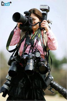 portrait photographers in action . Passion Photography, Photography Camera, Photography Business, Photography Tips, Cardboard Camera, Camera Life, Camera Gear, Girls With Cameras, Foto Art