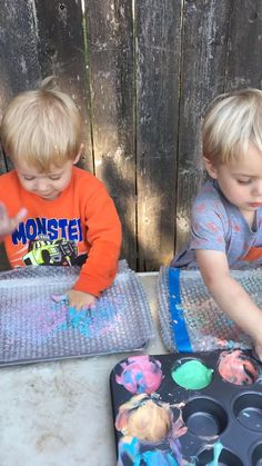 Need a fun and easy toddler activity?  This Bubble Wrap Sensory Activity is perfect for babies and toddlers because it's made with edible paint!  This simple toddler activity will keep your child learning while having fun. #toddler #babyactivities #toddlersensory #sensory #sensoryactivities #ediblepaint