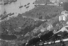 Tyskebryggen seen from the mountain side a day on 1880-1890 's, captured by photographer Marthinius Skøien ( view panoramic photo - National Library ) .