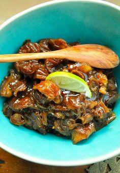 Dit Indisch smoor van varkensvlees gerecht is klaar in 45 minuten. Dan is de saus om het vlees, super plakkerig en overheerlijk. Rijk gekruid met nootmuskaat en foelie!