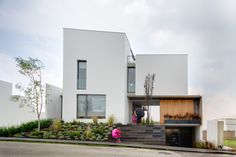 Modern L-shaped residential building - When merging indoor and outdoor - Watch Valna house - a modern house in Santa Fe, Mexico City. Small Modern Home, Modern Contemporary Homes, Contemporary Architecture, Modern City, Modern Homes, Modern Porch, Modern Family, Design Exterior, Facade Design