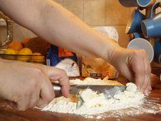 Den Teig mit einem großen Messer durchmengen