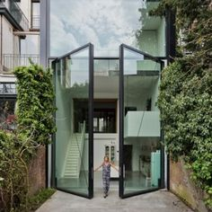 """Sculp+IT+adds+""""world's+largest+pivoting+window""""+to+an+Antwerp+townhouse"""