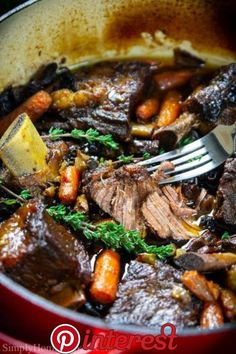 Sunday Dinner Ideas Discover Braised Beef Short Ribs (VIDEO) - Simply Home Cooked braised beef short ribs in a red dutch oven pot Meat Recipes, Dinner Recipes, Cooking Recipes, Healthy Recipes, Comfort Food Recipes, Oxtail Recipes, Roast Beef Recipes, Dutch Oven Recipes, Simple Recipes