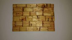 Material used: One pallet, just the blocks, Break them and cut them to the desired size and, one board of MDF ordenar pay wood. Special is just the backgroung glue. Position them to the pattern is a 2 or 3 hours project and 24 h for Used Pallets, 1001 Pallets, Recycled Pallets, Wooden Pallets, Pallet Frames, Wood Pallet Signs, Wood Signs, Outdoor Pallet Projects, Pallet Home Decor