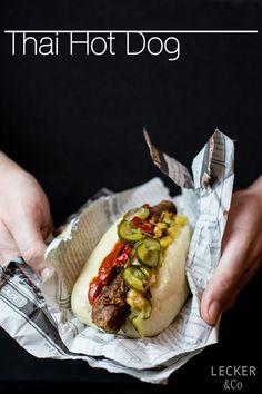 Thai Hot Dog | Hot Dog im Thai Style mit gedämpften Brötchen, Chiang-Mai-Sausage (Sai Ua), Mango-Chutney, Curryketchup und Scharfen-Limetten-Röstzwiebeln und Süß-Sauer-Gurken
