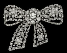 Antique pieces collection, Cartier offers this Antique Clip Brooch in diamonds and platinum