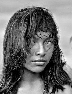 Retrato da índia Yanomami Penha Góes Ela mora na Comunidade de Nazaré, no Amazonas. Nasceu e cresceu ali, às margens dos rios que cruzam a nossa floresta. Penha é o retrato da beleza da mulher brasileira, diverso, singular, com características que a tornam única. E eu tive a sorte de encontrá-la nessas minhas andanças pela Amazônia. Como fotógrafo, digo que fazer um retrato é trazer um pouco da alma da pessoa para a imagem. #projetoindiosbrasileiros #indiosbrasileiros #ricardostuckert