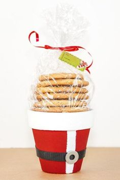 This cute and cheap Santa pot is a great Christmas gift to make for friends and family this Christmas 2020. You can leave them on front porches for a surprise christmas morning treat. Christmas Gifts To Make, Christmas Candles, Easy Diy Crafts, Christmas Crafts For Kids, Diy Craft Projects, Simple Christmas, Christmas Cookies, Christmas Diy, Christmas Decorations