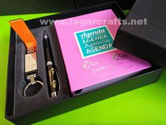 A custom gift set contains of blocknote, metal pens and leather USB flashdrive in a deluxe box that made specially. Ordered by business group: PT Equine Technologies, PT Xsis Mitra Utama, Xsis Academy, PT Optima Data Internasional, Jakarta Indonesia Metal Pen, Gift Packaging, Customized Gifts, Flash Drive, Usb, Technology, Leather, Day Planners, Personalized Gifts