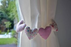 Prendedor de cortina Curtain Holder, Curtain Tie Backs, Little Girl Rooms, Flower Tutorial, Drapes Curtains, Kids Decor, Handicraft, Decoration, Baby Room