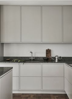Grey frame kitchen by Nordiska Kök. One of the most popular kitchens we have produced. Its clean lines and exclusive limestone from Kinnekulle give it a unique finish. For more kitchen inspiration visit www.nordiskakok.se #kitchen #bespokekitchen #interior #architect #grey #limestone #white #framekitchen #minimalism #minimalistic #wood #kitchendesign #kitchenideas #greykitchen #design #designtrends #beautifulkitchens