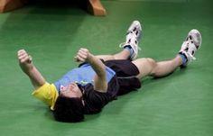 男子シングルス3位決定戦でサムソノフを下して銅メダルを獲得し、床に倒れ込んでガッ - リオオリンピック特集 - Yahoo! JAPAN