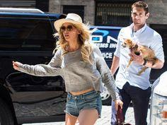 La minute people : Jennifer a un garde du corps sexy, Kim a une incroyable fan et Britney se rêve super nanny