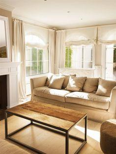 Salón neutro con sofá beige y mesa de centro sin decorar